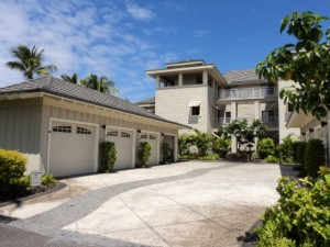 Garage And Entrance Of Condo Complex - Vacation Rental In Hawaii - Waikoloa